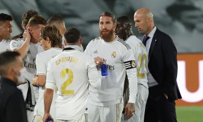 El técnico Zinedine Zidane junto con la plantilla durante un descanso de partido.