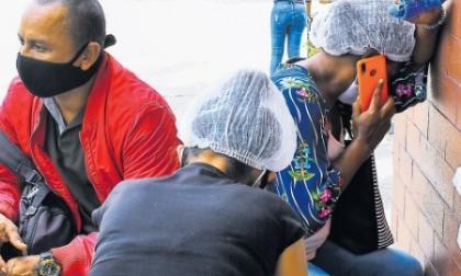 Familiares de Joiner y Cristian Esnéider Maldonado Franco en las afueras de la Clinica General del Norte, la mañana del pasado jueves.