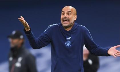 Pep Guardiola, técnico del Manchester City, dando indiciaciones en un encuentro de la Premier League.