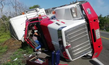 Camión se volcó en la Troncal del Caribe y esta vez nadie lo saqueó