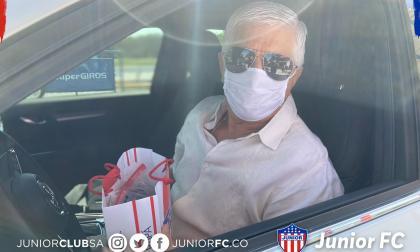 El técnico del Junior, Julio Comesaña, recibiendo el kit de bioseguiridad.