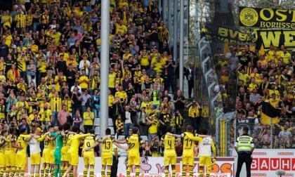 Los jugadores del Borussia Dortmund le agradecen a sus hinchas por el apoyo.