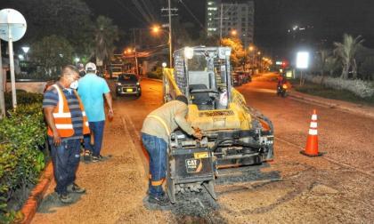 Obras de rehabilitación en pavimento asfáltico del puente Las Palmas, uno de los accesos al barrio Manga.
