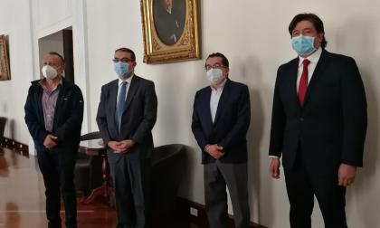 El ministro Fernando Ruiz acompaña la radicación del proyecto de reforma a la salud.