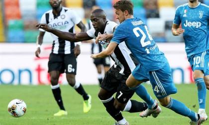 Stefano Okaka, del Udinese, intenta eludir la marca de Daniele Rugani.