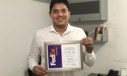Hollman Habbib López con el certificado de participación del concurso.