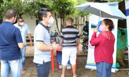 El alcalde Carlos Ordosgoitia dialoga con una habitante del corregimiento Santa Lucía.