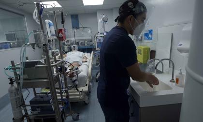 Un médico ingresa a una habitación UCI.