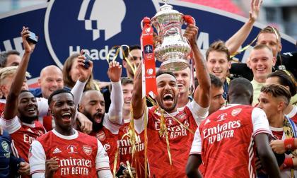 Aubameyang levanta el trofeo de la FA Cup después de la final ante el Chelsea en el estadio de Wembley.