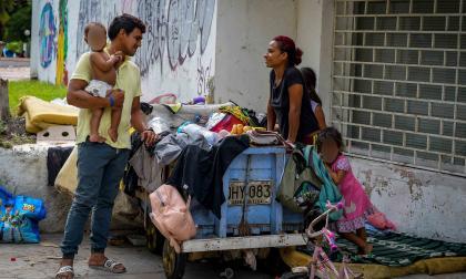 Carlos perdió varios empleos informales a raíz de la pandemia y no pudo seguir pagando el arriendo donde vivía con su esposa e hijos.