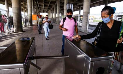 Varios pasajeros validan su pasaje al ingresar a una de las estaciones de Transmetro.