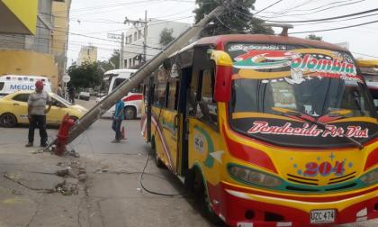 Poste de energía cae sobre bus en el Centro