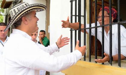 El presidente Iván Duque saluda a una momposina durante una visita que hizo a ese municipio para una cumbre de gobernadores en 2018.
