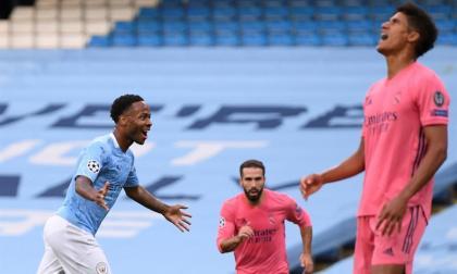Sterling celebrando el primer gol, mientras Varane se lamenta por su grave equivocación.