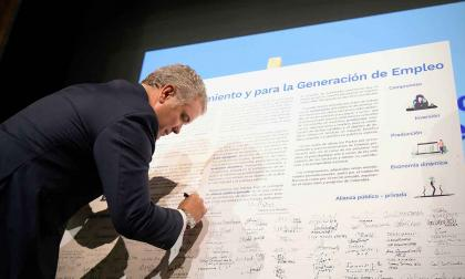 El presidente de la República, Iván Duque, firma el pacto para la generación de empleo en Colombia.