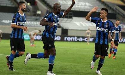 Romelu Lukaku y Lautaro Martínez festejan uno de los tantos del Inter.