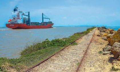 Un buque hace tránsito por el río Magdalena.