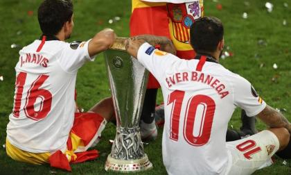 Banega y Navas posan con el trofeo de campeón de la Liga de Europa.