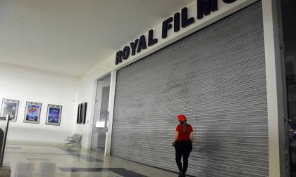 Salas de cine, la función debe esperar