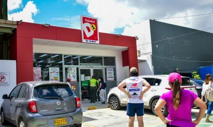 Curiosos llegaron al supermercado para saber por qué habían tenido que cerrar por unas horas en la mañana del domingo.
