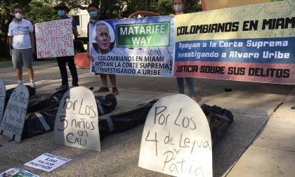Grupo colombiano tilda de escándalo llamar calle de Miami 'Álvaro Uribe Way'
