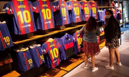 Venta de camisetas de Messi en la tienda del FC Barcelona.