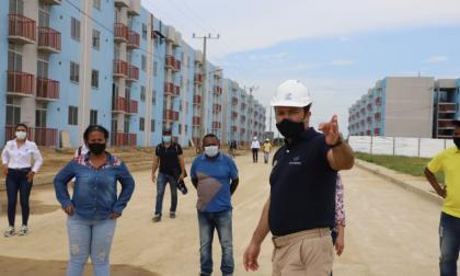 El gerente de Corvivienda, Néstor Castro,enseña las etapas 1 y 2 a los beneficiarios del proyecto Ciudadela de Paz.