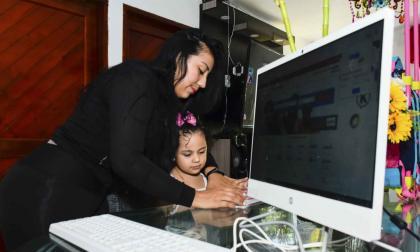 Andrea González busca trabajo por internet, al tiempo que cuida a su hija.