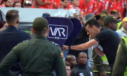 Wilmar Roldán revisando la jugada en la que Rafael Pérez anotó un gol en la final de la Liga II 2019. El árbitro anuló la acción por fuera de lugar.