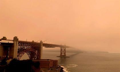 El humo y la niebla cubren San Francisco de un cielo naranja apocalíptico