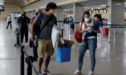Pasajeros esperan para ingresar a la sala de abordaje en el aeropuerto internacional Rafael Núñez de Cartagena.