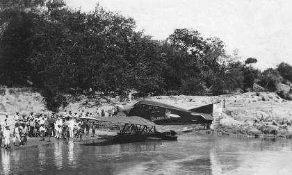El monoplano en su arribo a las aguas de Puerto Berrío en 1920.