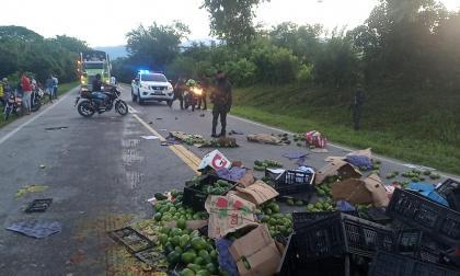 Camión de aguacates se volcó en la Troncal de Oriente