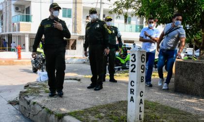 Un grupo de policías inspeccionan la escena del crimen del pasado sábado.