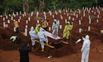 Cavar tumbas, el castigo para quienes no usan tapabocas en Indonesia