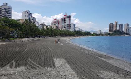 La Alcaldía de Santa Marta realiza mantenimiento de las playas para la reapertura.