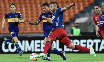 El veterano atacante de Boca Juniors Carlos Tévez ante la marca de Andrés Cadavid.