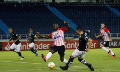 Acción del juego entre Junior e Independiente del Valle en el estadio Metropolitano, el pasado martes.