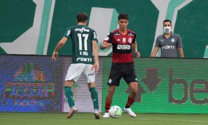 El volante colombiano Richard Ríos durante el duelo frente al Palmeiras.