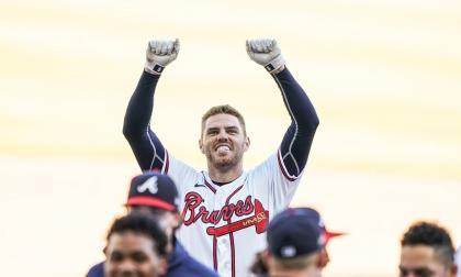 El primera base Freddie Freeman celebrando el triunfo.