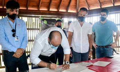 Firma del acuerdo de 'Ecobloque' de Mallorquín.