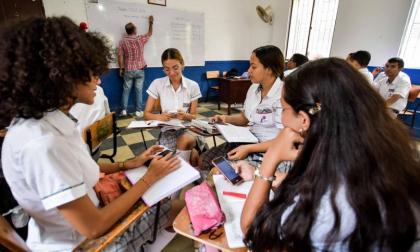 Donan 33 computadores a estudiantes de bachillerato en Barranquilla