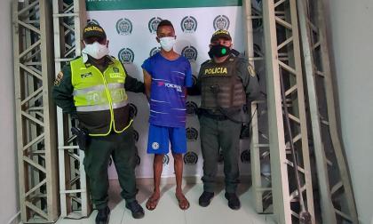 Capturan a hombre que robaba las barandas del puente Pumarejo