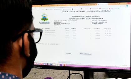 Un contribuyente revisa su estado de cuenta en la página de la Alcaldía.