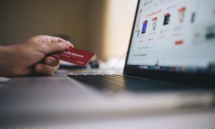 Los consumidores compran más por internet en la pandemia, pero gastan menos