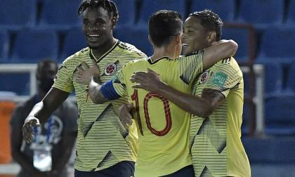 Duván Zapata y James Rodríguez felicitan a Luis Fernando Muriel tras anotar el tercer gol de Colombia.
