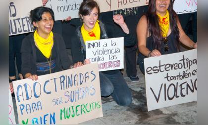 Mujeres con pancartas durante una protesta contra las diferentes formas de violencia hacia la mujer.