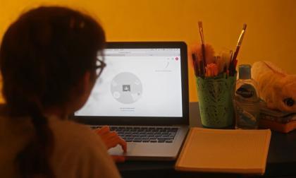 """""""Niñas con igualdad"""" contra el acoso en línea"""
