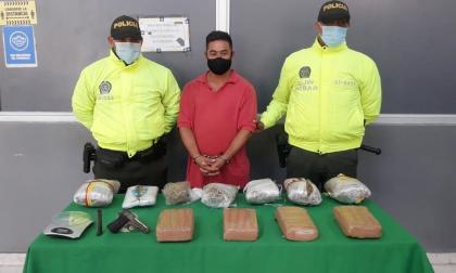 Alexander Jesús Caro Guerra, capturado con droga y un arma de fuego.