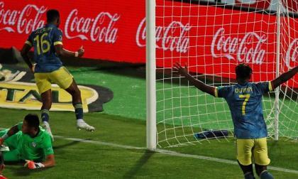 Lerma celebra el tanto que anotó en el juego de este martes frente a Chile.